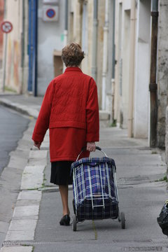 Personne équipée de son cabas - du retour du marché de Libourne
