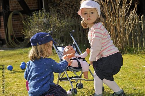Quot zwei junge mädchen spielen mit puppe kleinkind jahre
