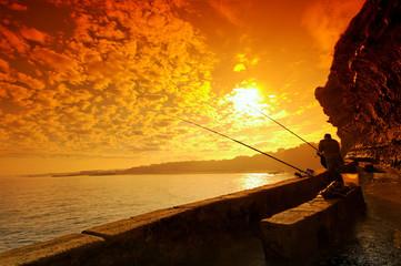 Papiers peints Marron pêcheurs sur falaise à biarritz
