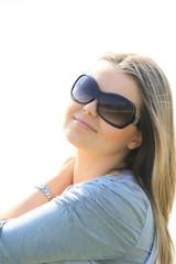 Lächelnde junge Frau mit Sonnenbrille