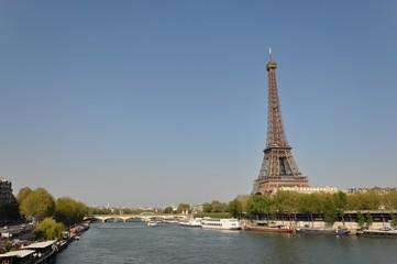 Tour Eiffel au bord de la Seine Paris