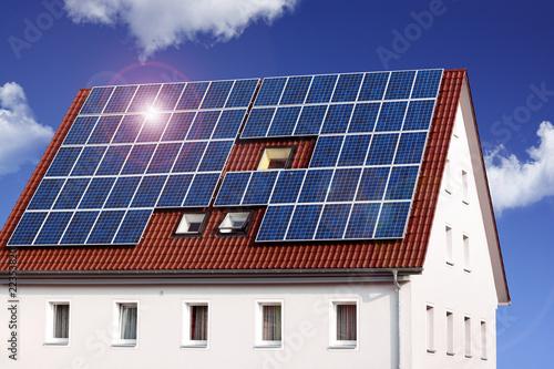 haus mit solarzellen stockfotos und lizenzfreie bilder auf bild 22353820. Black Bedroom Furniture Sets. Home Design Ideas