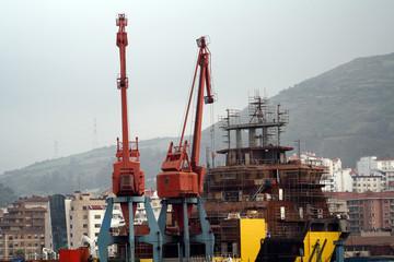 Gruas de los astilleros del puerto de Bilbao Vizcaya.