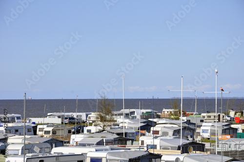 campingplatz am meer stockfotos und lizenzfreie bilder auf bild 22405429. Black Bedroom Furniture Sets. Home Design Ideas
