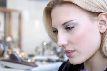 Frau schaut in ein Schaufenster