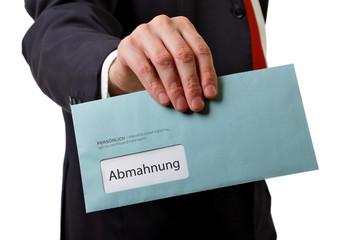 Mann übergibt Brief mit Abmahnung
