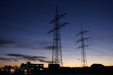 Strommast vor abendlichem Himmel in blau
