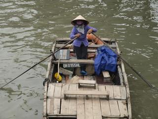 Barca en la Bahía de Halong en Vietnam