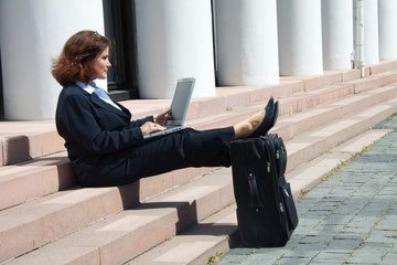 Geschäftsfrau am Schreiben auf der Treppe
