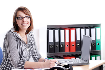 jeune femme d'affaires dans son bureau