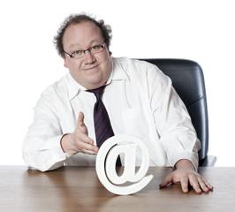 homme d'affaires ayant confiance en internet