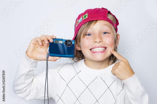 h bscher junge mit digitalkamera stockfotos und lizenzfreie bilder auf bild 22617839. Black Bedroom Furniture Sets. Home Design Ideas
