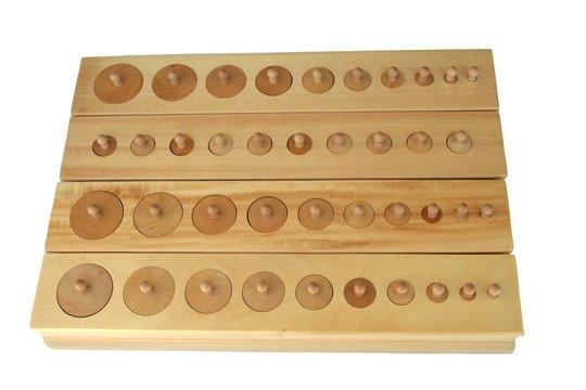 Matériel Montessori : encastrements cylindriques