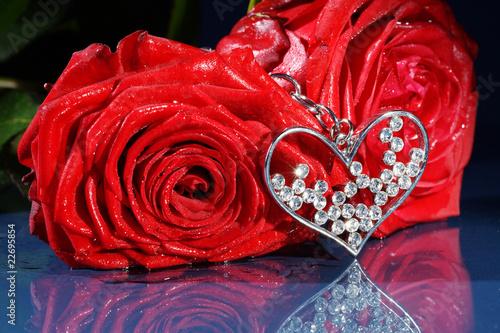 zum valentinstag rote rosen mit herz quer stockfotos und lizenzfreie bilder auf. Black Bedroom Furniture Sets. Home Design Ideas