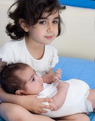 bambina che culla un neonato
