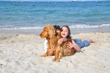 enfants et chien sur la plage