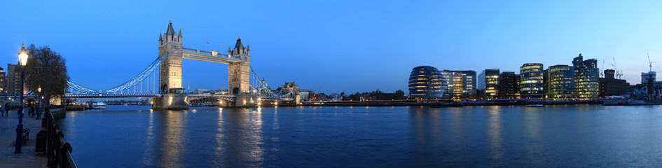 Photo sur Plexiglas Londres Tower Bridge and the Thames panoramic view about London at night