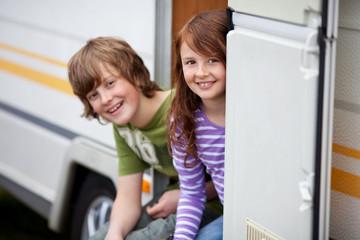 kinder sitzen in der wohnwagentür