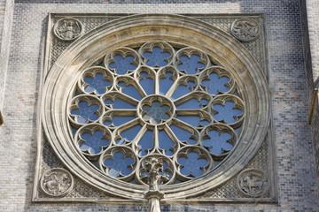 altes fenster an einer kirche in prag