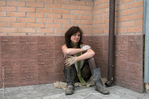 женщина играла бомжиху