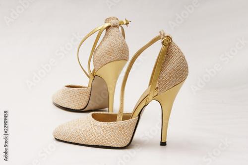 goldene pumps high heels stockfotos und lizenzfreie bilder auf bild 22909458. Black Bedroom Furniture Sets. Home Design Ideas