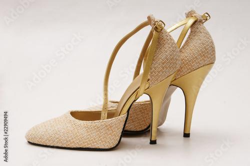 goldene pumps high heels stockfotos und lizenzfreie bilder auf bild 22909494. Black Bedroom Furniture Sets. Home Design Ideas