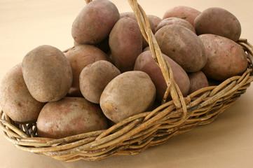 Kartoffeln in einem geflochtenen Korb