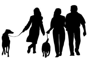 silhouettes de personnes en promenade avec leur chien