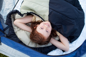 junges mädchen beim camping
