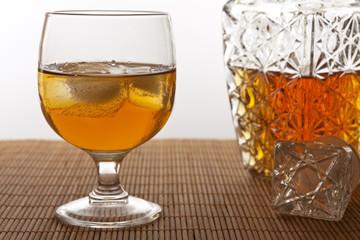 Vaso y botella con whisky