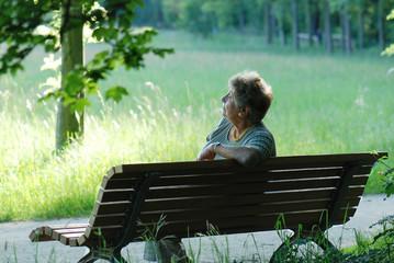 Rentnerin im auf Parkbank