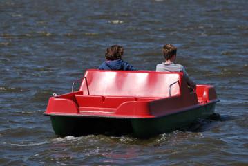 Mutter und Sohn im Tretboot