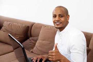 Junge Mann mit Laptop