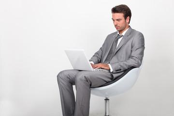 Hommes d'affaires devant ordinateur portable