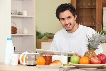 Portrait d'un homme au petit déjeuner