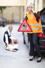 junge Frau mit Auto Panne