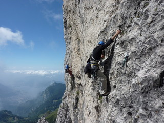 Alpinisti impegnati  su un traverso in Grignetta