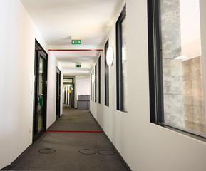 Fluchtweg langer Gang Flur im Gebäude