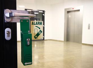 Fluchtweg mit Alarm Glastür