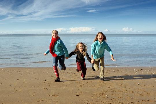 Trois enfants ensemble se tiennent lpar la main