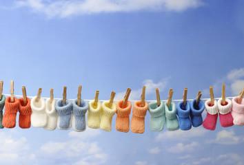 baby concept: chaussons de bébé sur fil à linge