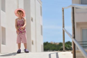 Kleinkind an Geländer
