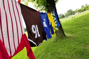 Bunte Fussballtrikots hängen auf der Wäscheleine