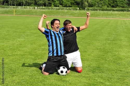 Zwei Fussballspieler Jubeln Auf Dem Fussballplatz Stock