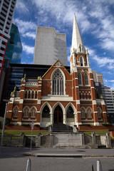 Kirche umgeben von Wolkenkratzern