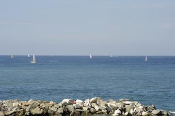 Scogliera con barche a vela