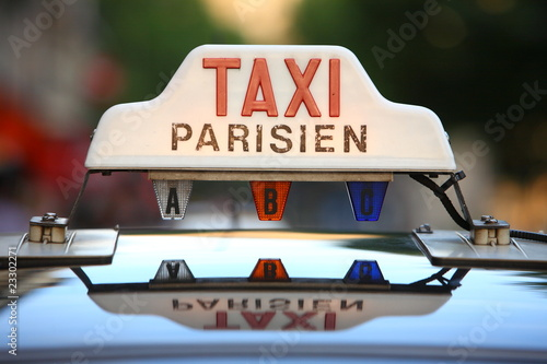 taxi parisien photo libre de droits sur la banque d 39 images image 23302271. Black Bedroom Furniture Sets. Home Design Ideas