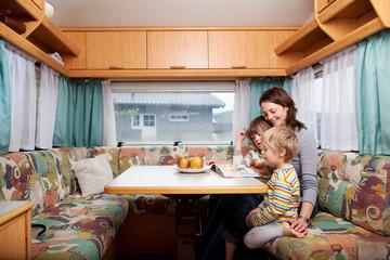 mutter mit söhnen im wohnwagen