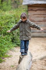 junge balanciert über baumstamm