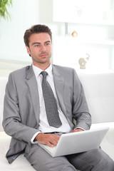 Homme d'affaires devant ordinateur portable